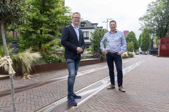 """Wethouder Gerard Gerrits (links) en programmamanager binnenstad Joop Nijenhuis op het stadserf, met rode klinkers en stalen goten. """"Overal dezelfde look and feel. Je moet dat voelen: ik ben hier in het hart van de stad."""""""
