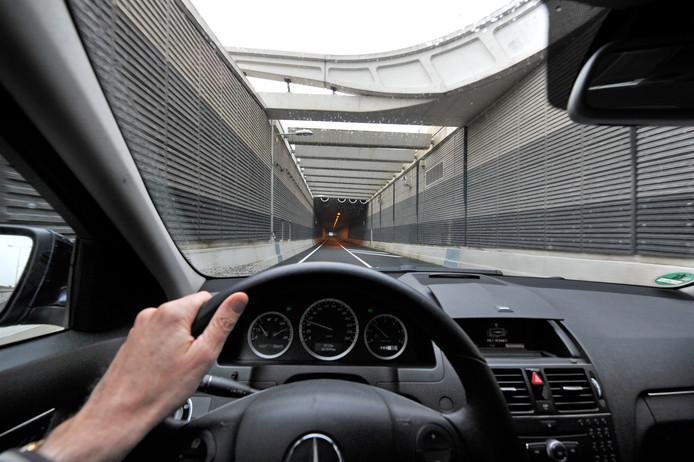 Welke maatregelen zijn nodig om de brandwerendheid van het beton in de Salland-Twente Tunnel in Nijverdal te vergroten? Hitteproeven in de tunnel moeten een antwoord op die vraag geven.