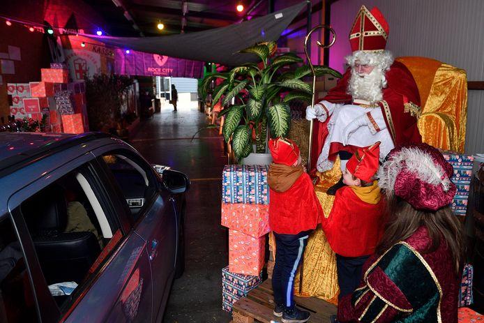 Sinterklaas Drive-Intocht verloopt corona-proof: ouders blijven in de auto en de kinderen mogen bij Sinterklaas langs.