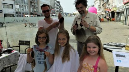 Auteur knipt paardenstaarten voor Think Pink