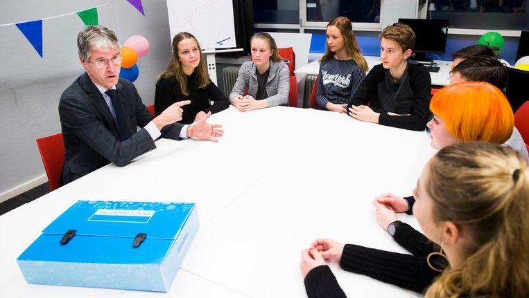 Minister Arie Slob, an Basis en Voortgezet Onderwijs en Media, reikt het Predicaat Excellente School 2017 uit aan het Twents Carmel College. In het hele land krijgen scholen het predicaat omdat ze op een bepaald gebied uitblinken. Beeld anp