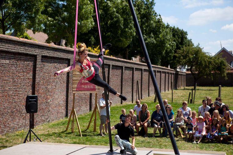 Toeschouwers genieten van een acrobatische voorstelling.