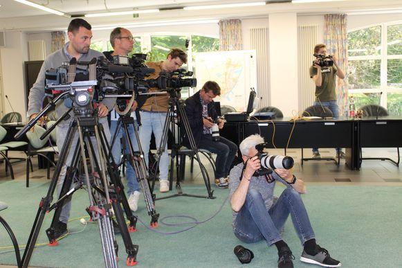 De nationale pers zakte donderdagavond af naar Evergem.