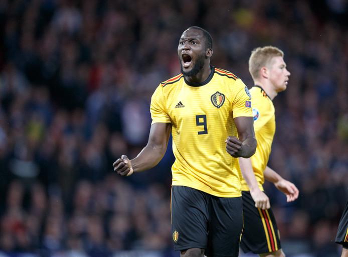 Romelu Lukaku viert zijn goal in en tegen Schotland.