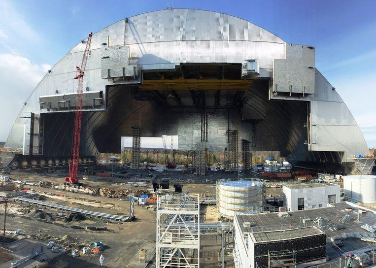 De overkapping kruipt langzaam naar de kerncentrale