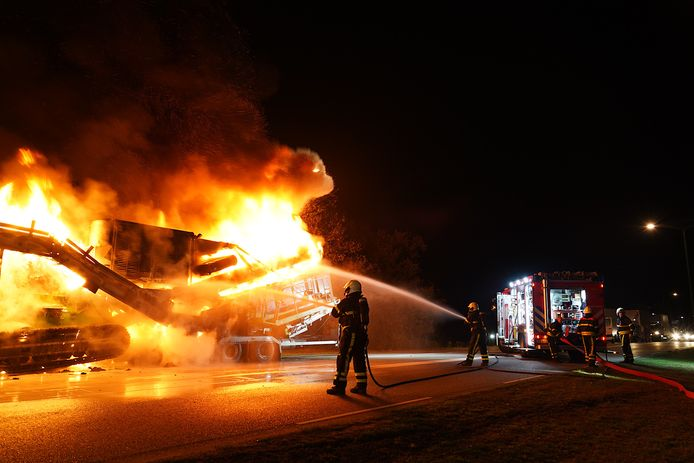 Het voertuig vatte vlam vlak voor een stoplicht.