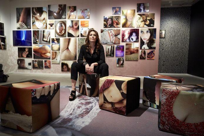 Voor sommige celebs zijn naakte selfies een onderdeel van hun imago, zo ook bij schrijfster Heleen van Royen