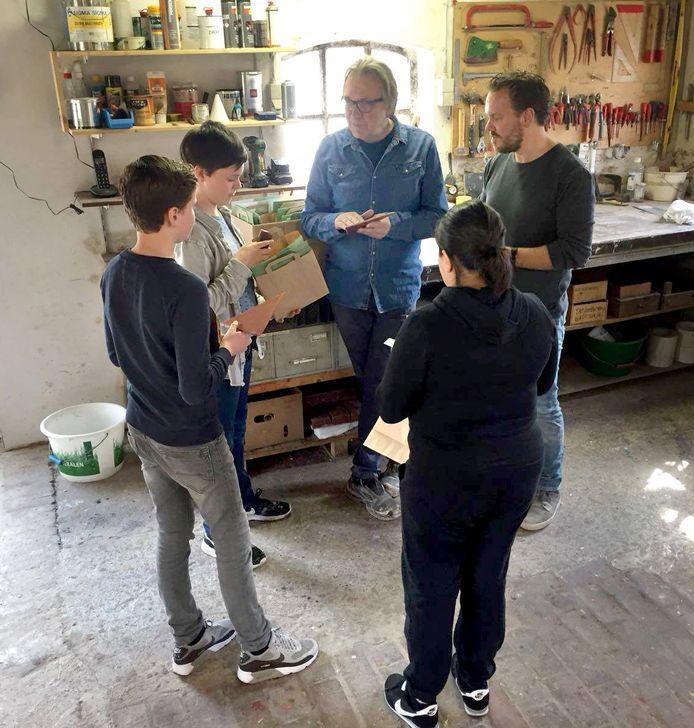 Kinderen aan de slag voor hun tegel voor de Ouwe Sok, het kunstwerk voor Roosendaal 750 jaar, in het atelier met de kunstenaars