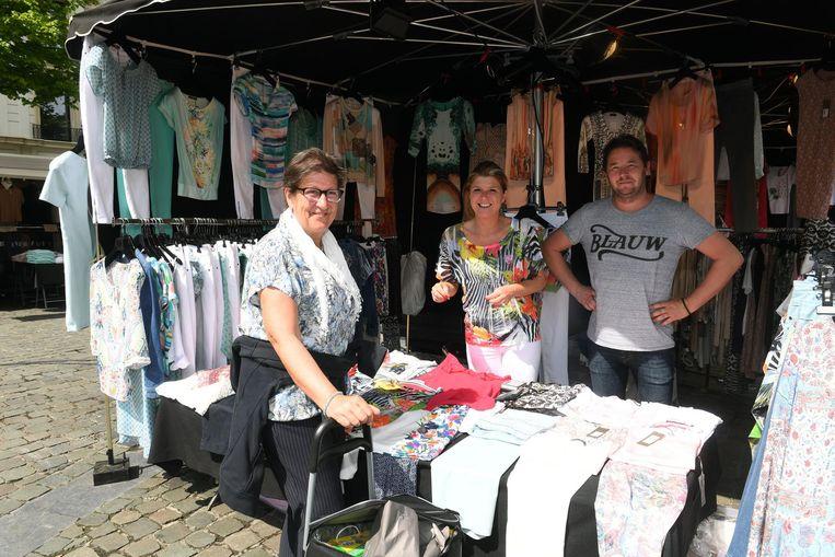 """Marktkramers Dominique Govaerts en David Vantongelen uit Tienen, hier op de Leuvense markt. """"Wij bieden wél kwaliteit aan."""""""