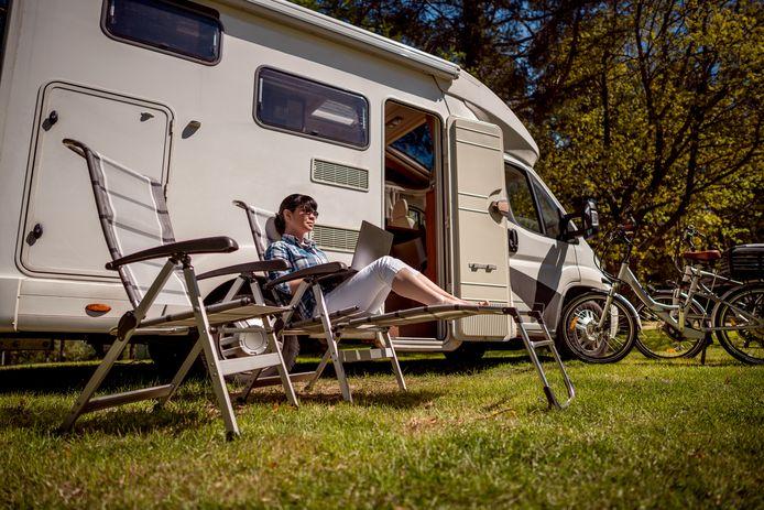 Nederland telt inmiddels meer dan 100.000 campers. Veel vakantievierders willen alleen een parkeerplaats met minimale voorzieningen.