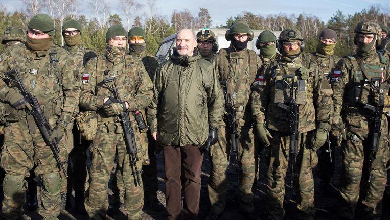 De Poolse minister van Defensie Antoni Macierewicz (midden) bij een legertraining in Warschau. Macierewicz geldt als ondiplomatiek, roekeloos en bij wijlen paranoïde. Beeld getty