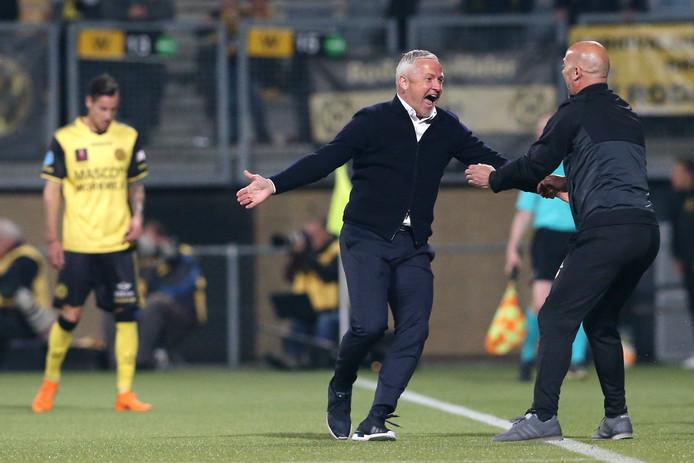 Almere City-coach Jack de Gier viert de 1-2 overwinning op Roda JC.