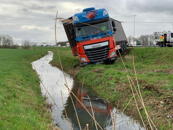 Vrachtwagen op A2 raakt van de weg.