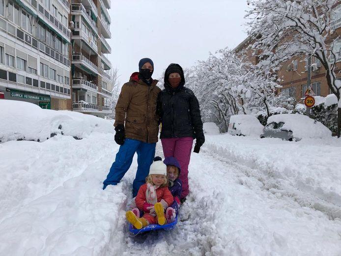 Nina Berendsen met haar man Domien en dochters Elise en Lotte (6 en 3) sleeën in Madrid.