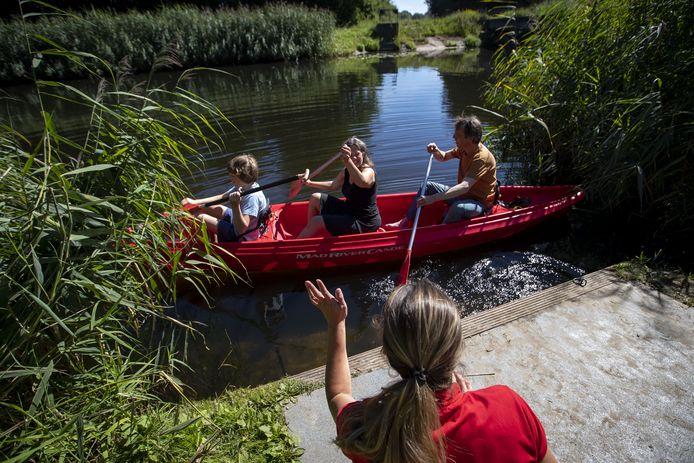 Uitgewuifd door instructeur Heleen Renting-Hoek zakken zoon Geert, moeder Juliette en vader Hemme Battjes per kano de Berkel af.