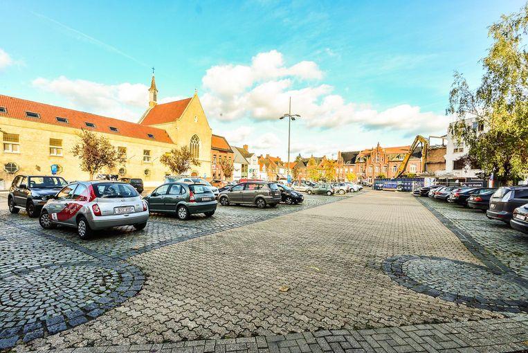 Het plein Steenakker wordt heraangelegd. Hierbij verdween een veertigtal parkeersplaatsen. Maar op wandelafstand komt er een nieuwe parking met plaats voor 80 à 100 wagens.