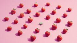 Niet voor zwakke maagjes: TikTok-filmpje toont wat er gebeurt als je aardbeien in een badje met zout legt