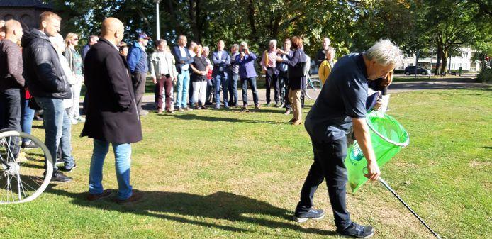 De politiek bezocht zaterdagochtend Helmond-Oost. Jan Roefs (CDA) maakte van de mogelijkheid gebruik om zwerfvuil te rapen, in het kader van World Cleanup Day.