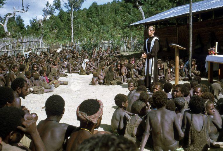 Pater Frans Lieshout in Papua. 'Traditioneel was altijd de vraag: hoeveel zieltjes heb je gewonnen? Maar dat is geen missiewerk! Ik was uitgezonden in een tijd van een andere kijk op missionering.' Beeld Jos Donkers