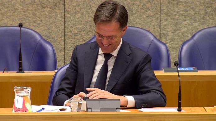 Rutte is langdurig bezig op zijn telefoon tijdens het Tweede Kamer-debat over een snelle oplossing voor de stikstof- en PFAS-problematiek. Esther Ouwehand vraagt: 'Kan de minister-president misschien een beetje beter opletten in plaats van op zijn telefoon te kijken?'