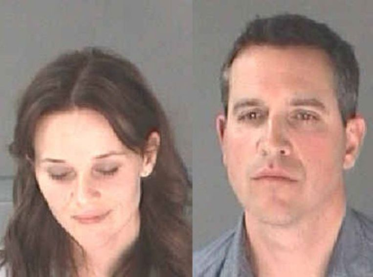 Reese Witherspoon en haar man Jim op het politiebureau.