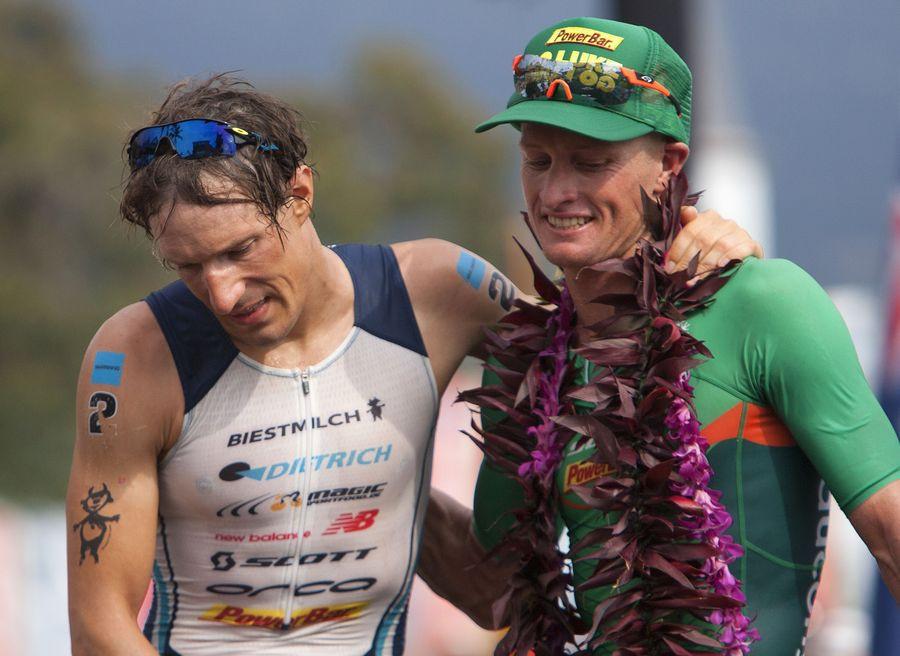 Luke McKenzie (rechts) en Sebastian Kienle, nummer twee en drie in de Ironman van Hawaï 2013 na Frederik Van Lierde.