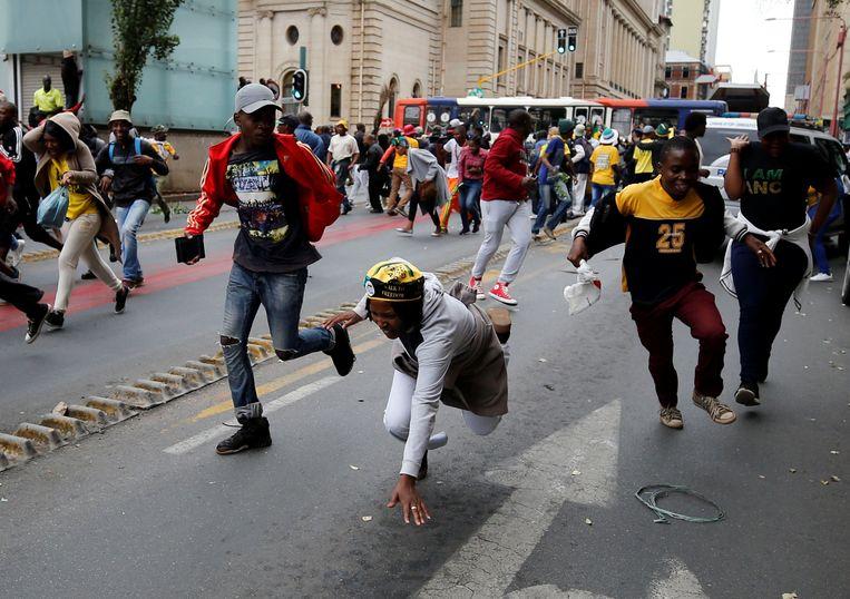 Zuma-aanhangers in Johannesburg raken slaags met de politie. Beeld REUTERS