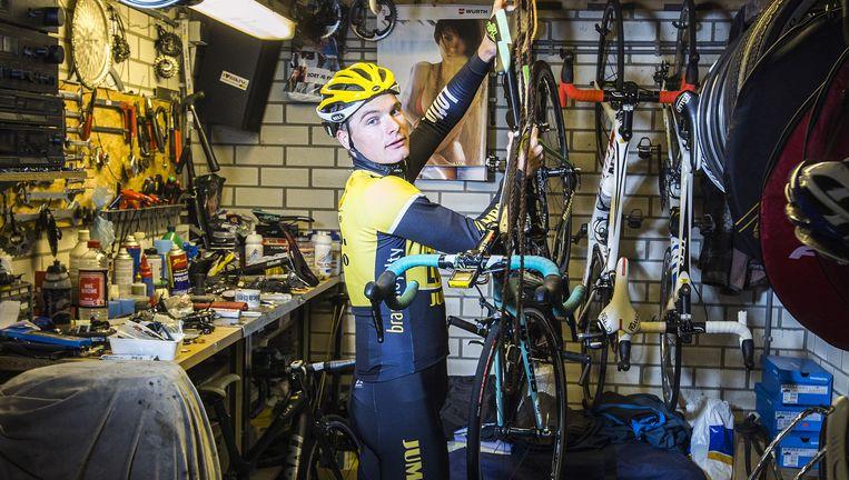 Moreno Hofland haalt zijn fiets uit de garage voor een trainingsrondje. Beeld Jiri Buller