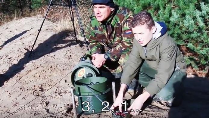 De 13-jarige Hessel mocht explosieven uit de Tweede Wereldoorlog laten ontploffen tijdens zijn snuffelstage bij de EOD.