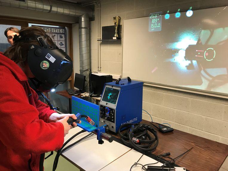 De leerlingen gingen meteen aan de slag met het nieuwe toestel.