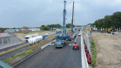 """E17 dit weekend afgesloten voor plaatsing van tijdelijke brug over E17 in Kruibeke: """"Werken komen deze zomer op kruissnelheid met grote hinder"""""""