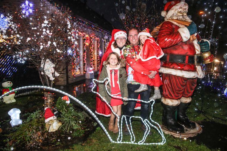 De familie Lootens voor hun kersthuis in Oostakker