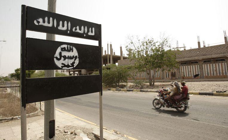 Een bord met het logo van Al Qaida in Jemen. Beeld ap