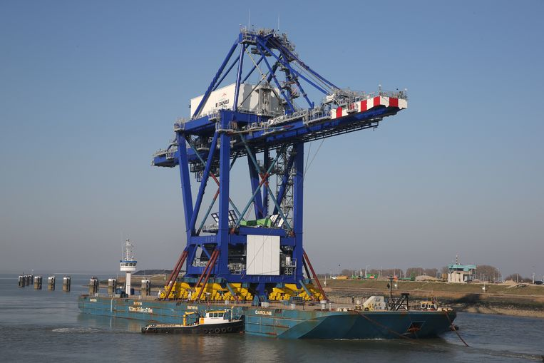 Een 85 meter hoge kraan is via de Westerschelde en het sluizencomplex in Terneuzen onderweg naar Arcelor Mittal in Gent.