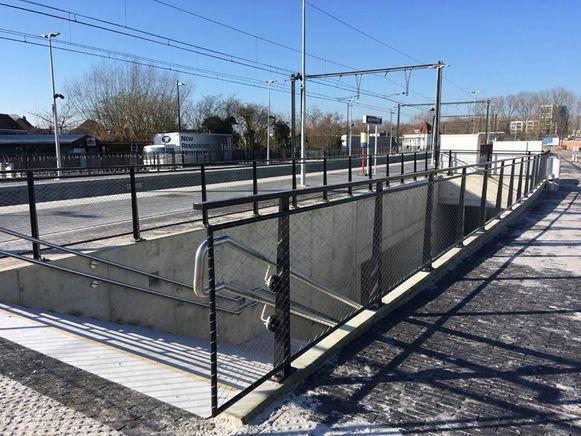 De nieuwe voetgangerstunnel onder de spoorweg aan het station van Ingelmunster is geopend.