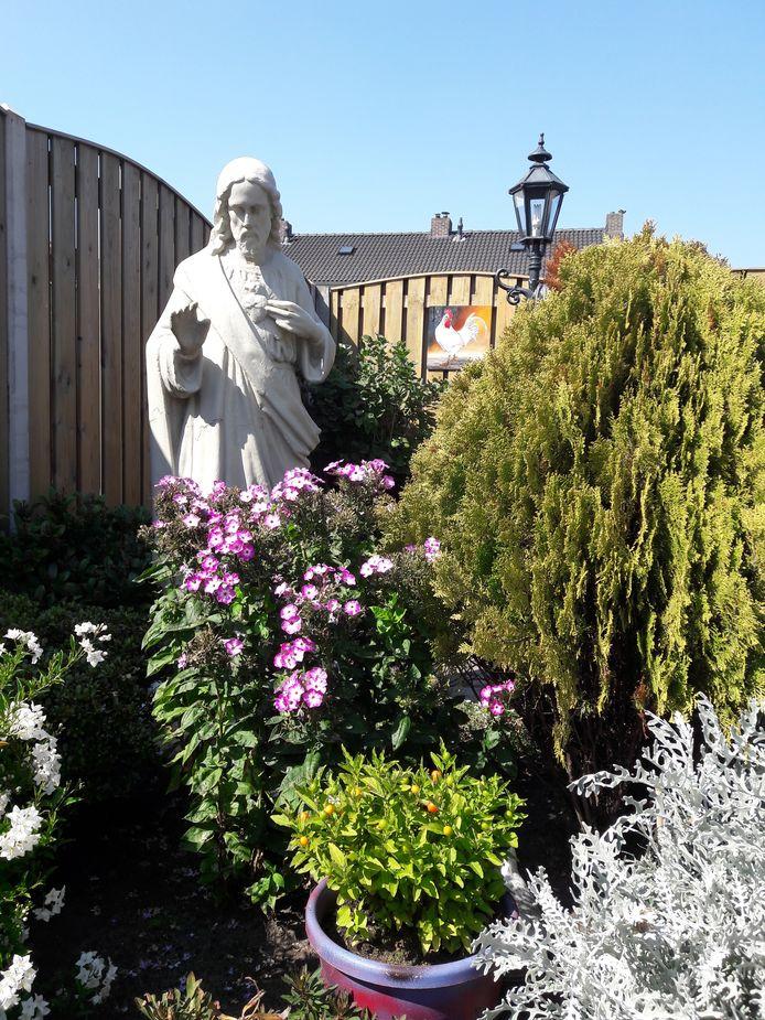 Heilig Hartbeeld, afkomstig van Huize Nazareth in Tilburg, staat nu in een Moergestelse tuin
