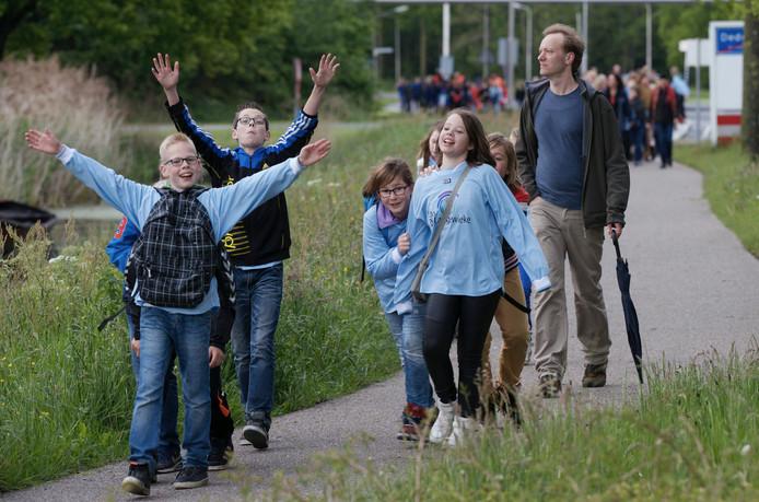 Deelnemers aan de avondvierdaagse in Dedemsvaart.