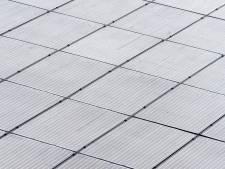 Almkerkse boerderij heeft 2366 zonnepanelen op het dak liggen