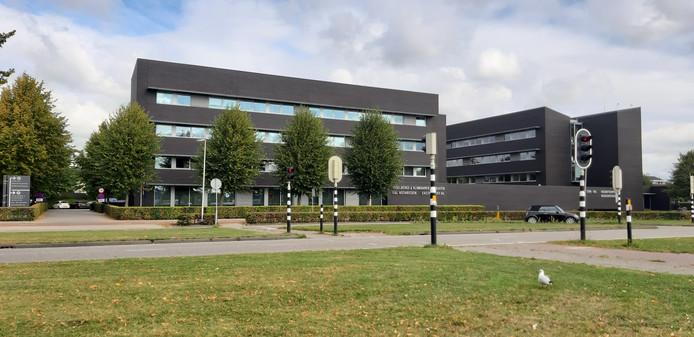Asselbergs & Klinkhamer advocaten in Etten-Leur hebben de vlag halfstok hangen, achter de bomen.