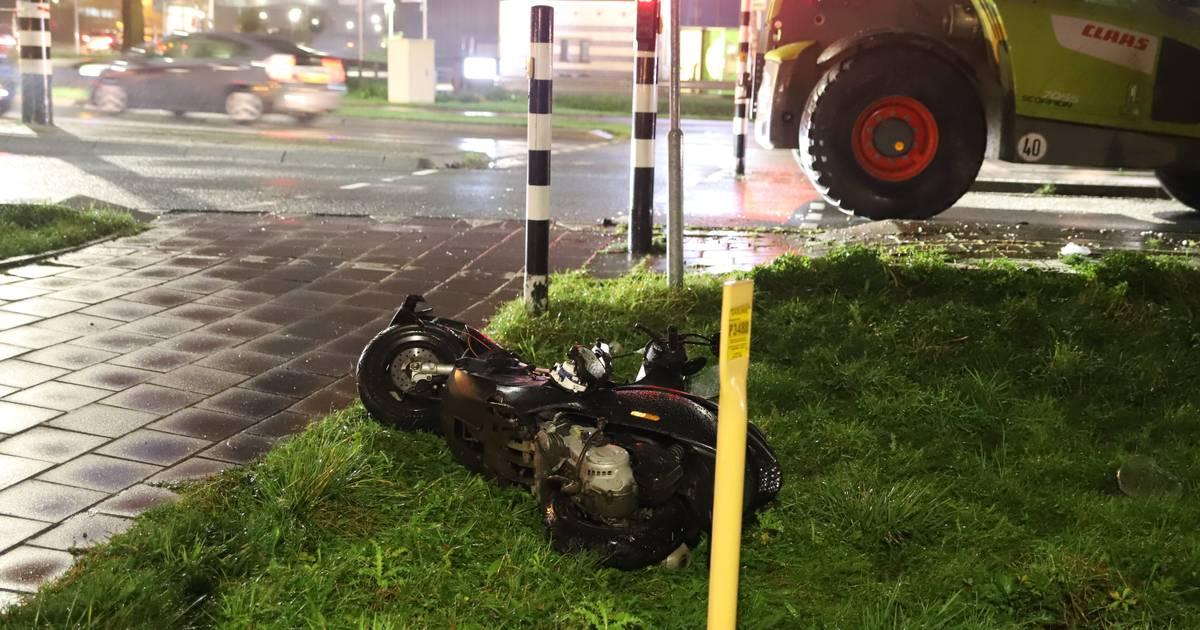 Scooterrijder zwaargewond naar ziekenhuis na aanrijding met shovel.