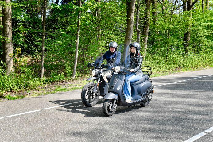 Hans Reuvers (53) uit Lepelstraat rijdt een elektrische motor. Zijn dochter Tessa (17) een elektrische scooter.