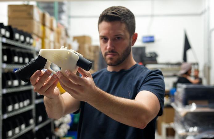 Cody Wilson, eigenaar van Defense Distributed in de Texaanse stad Austin, toont het omstreden 3D-pistool.