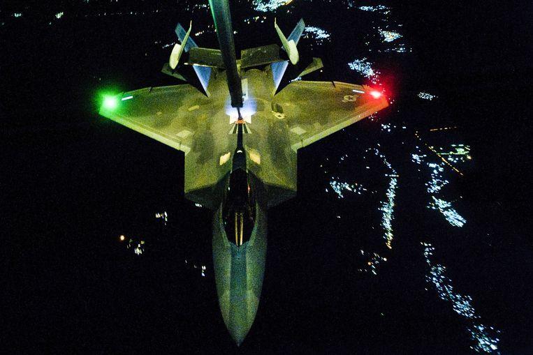 Een F-22 wordt ingezet voor een nachtmissie boven Syrië en Irak. Het toestel werd in 2014 voor het eerst in een oorlog ingezet, toen de VS de luchtcampagne begonnen tegen IS. Beeld US Air Force