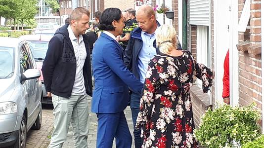 Burgemeester Harald Bergmann praat met omwonenden.