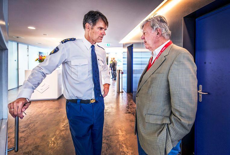 Een ontmoeting met oud-minister Ivo Opstelten van Justitie, in de gangen van het hoofdbureau. Beeld Raymond Rutting