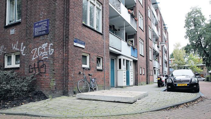 Een betonnen plaat dekt de plek af van de vuilcontainer in de Fritz Conijnstraat, die is meegenomen voor sporenonderzoek.