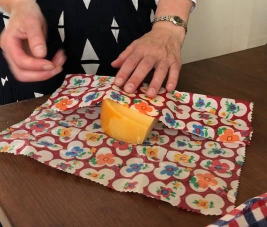 Kaas schimmelt minder snel in de met bijenwas en jojoba-olie behandelde doeken van Margreet Verschuure.