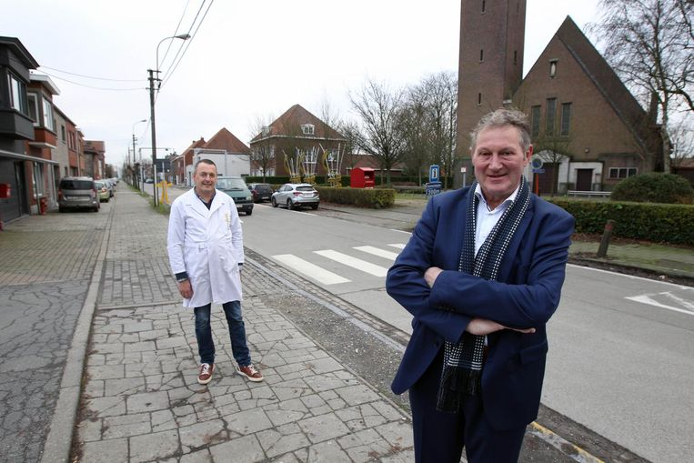 Schepen Erik De Wispelaere in de te renoveren kanaalstraat in Rieme Dorp, met dorpsslager Filip op de achtergrond.