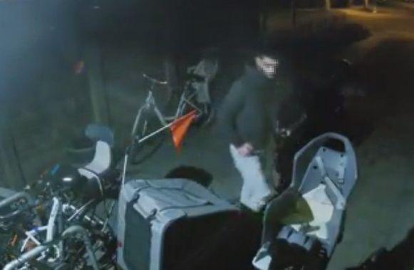 Deze onbekende dief onderzoekt de garage goed op zoek naar buit.