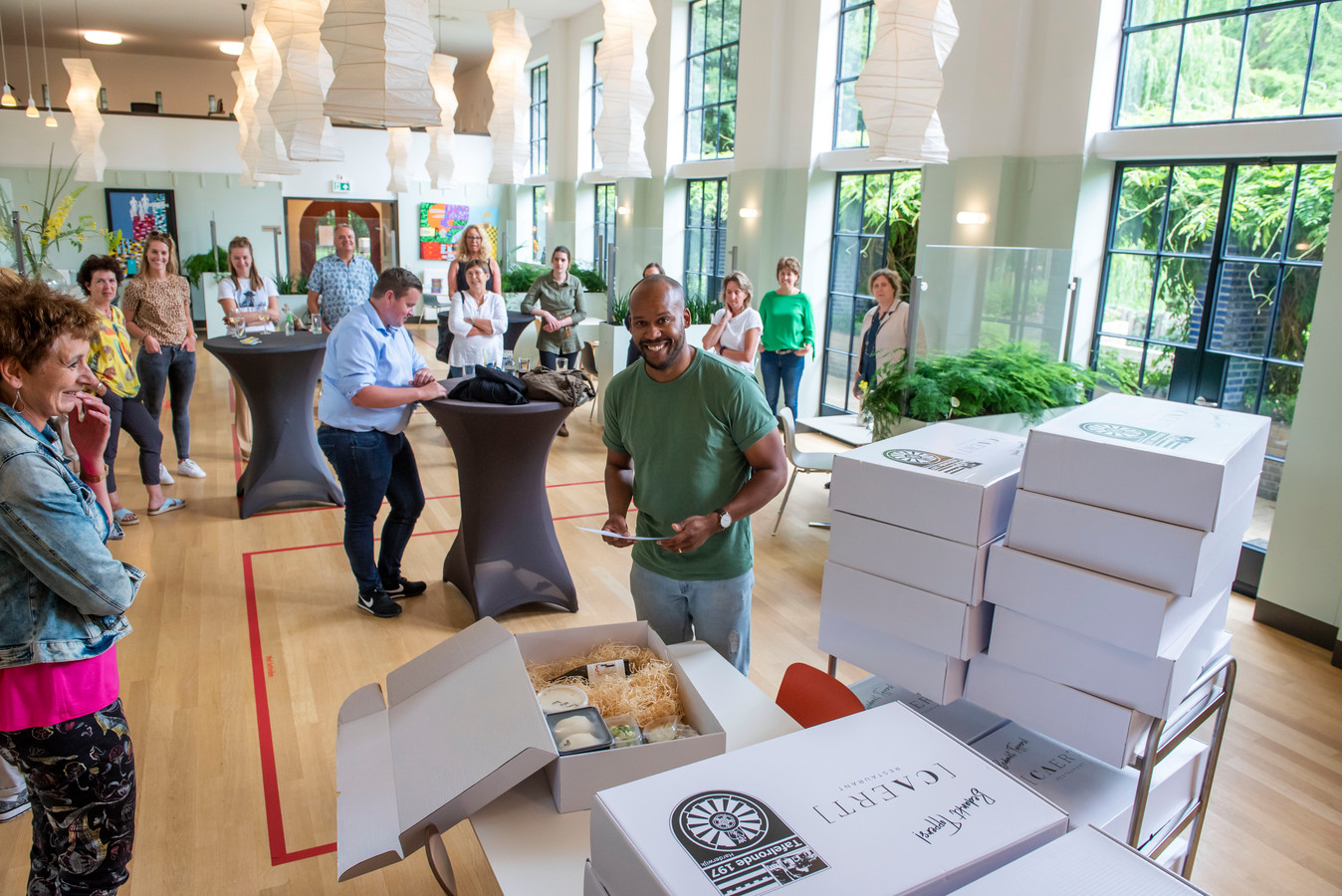 Dennis Niemel van de Tafelronde Harderwijk reikt dinerboxen uit aan 75 medewerkers van Medicamus Spoedpost Harderwijk, Corona kernteam 's Heerenloo en groepsmedewerkers 's Heerenloo en Groot Emaus.